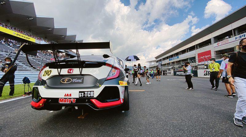 多くの人から注目を浴びるレースカー。